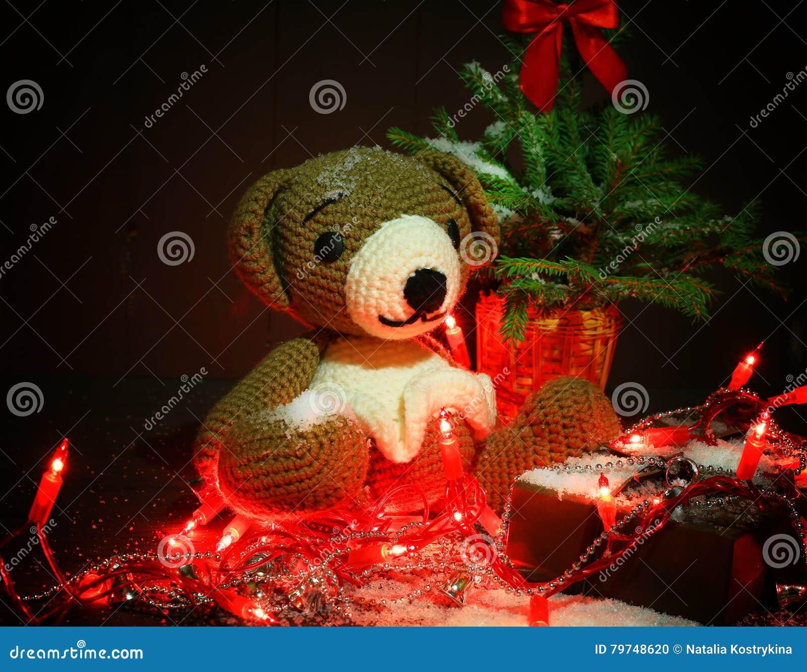 Карточка зимы рождества с плюшевым медвежонком и рождественской елкой с светами