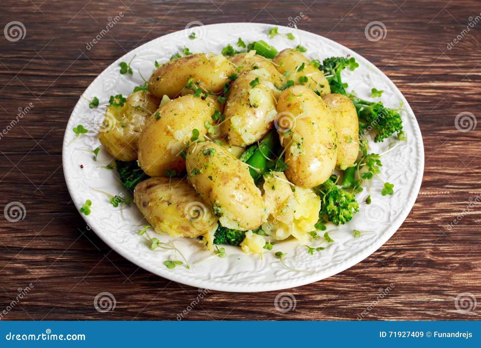 Картошки кипеть детенышами с маслом и овощами