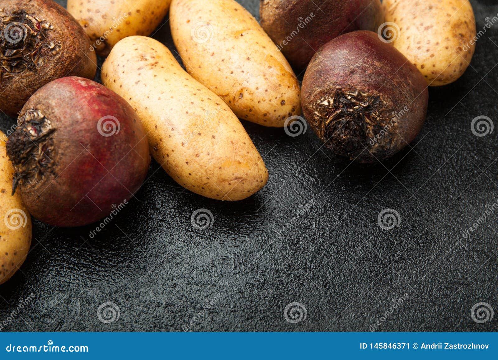 Картошки фермы органические и красные свеклы, пустой космос для текста