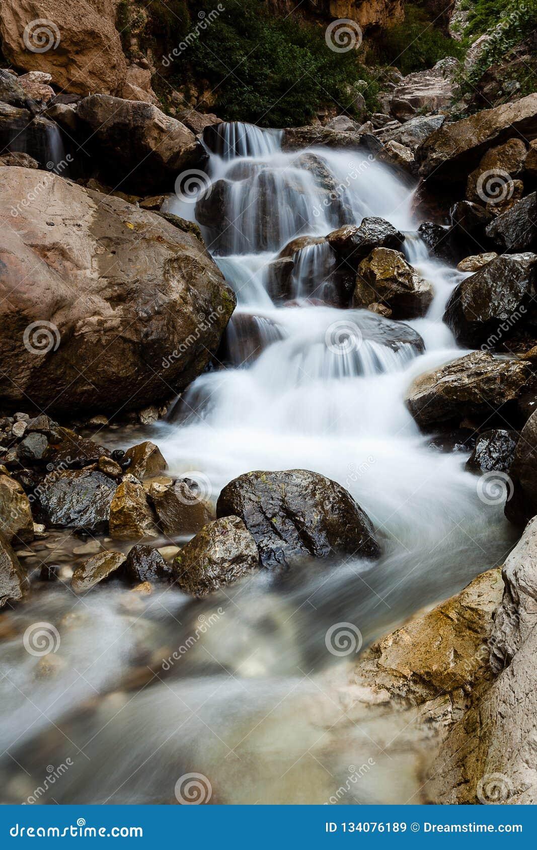 Каскадируя шторка водопада медленная