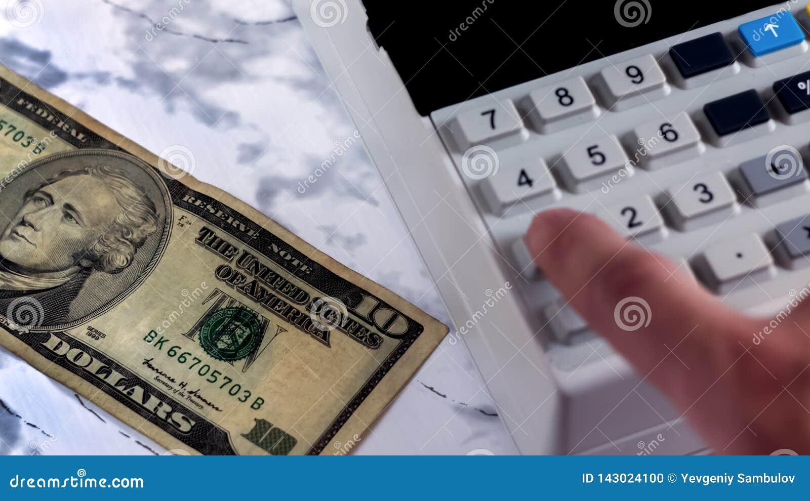 Кассир считает деньги в банке Бухгалтер бьет проверку после оплаты денег Считать деньги на калькуляторе Офис