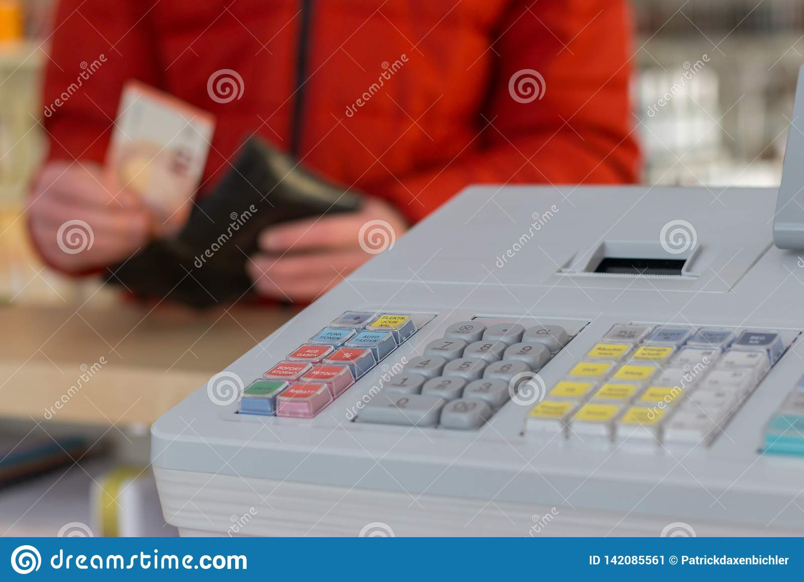 Кассовый аппарат в магазине: Клиент оплачивает