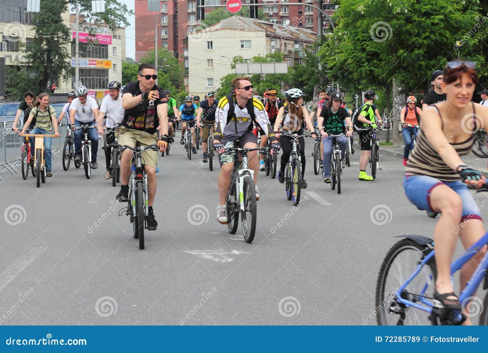 Download Катание группы в велосипедах города Редакционное Стоковое Изображение - изображение насчитывающей свобода, атеросклероза: 72285789