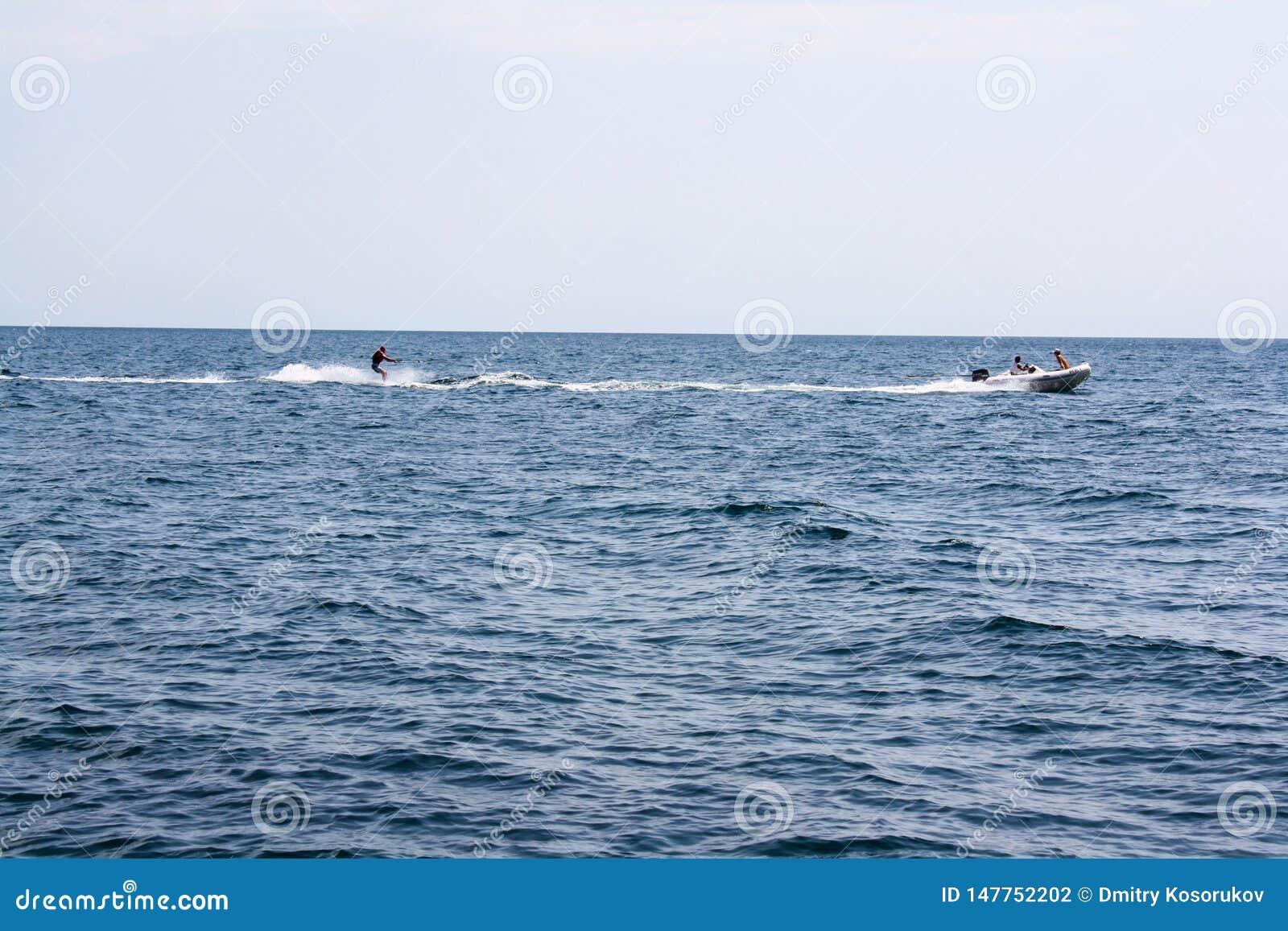 Катание на водных лыжах шлюпкой на море