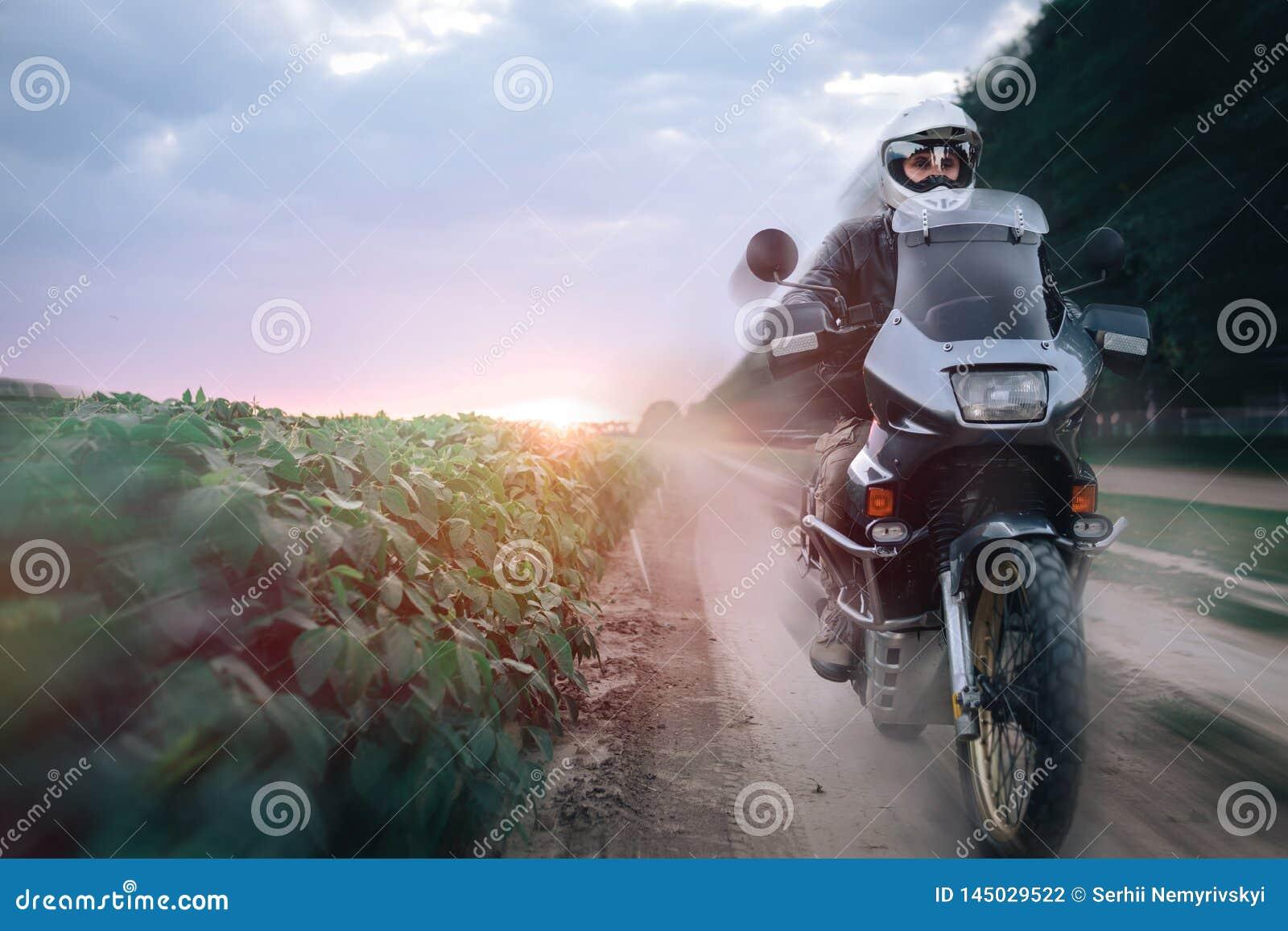 Катание на мотоцикле приключения, заход солнца человека велосипедист