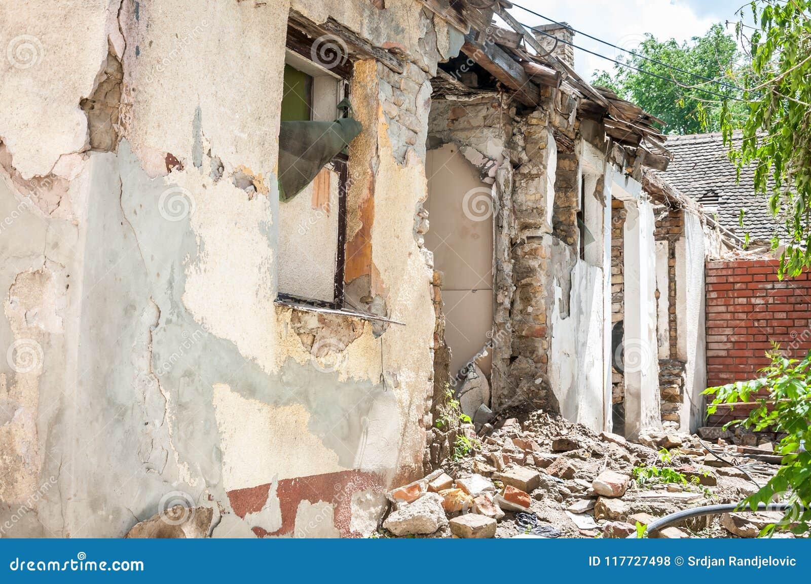 Катастрофа отавы после бедствия урагана или войны повредила и загубила свойство дома с кирпичами и треснутым гипсолитом
