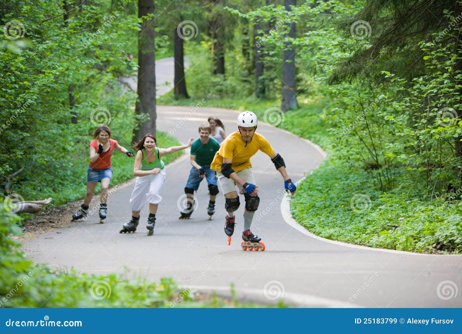 кататься на коньках людей парка