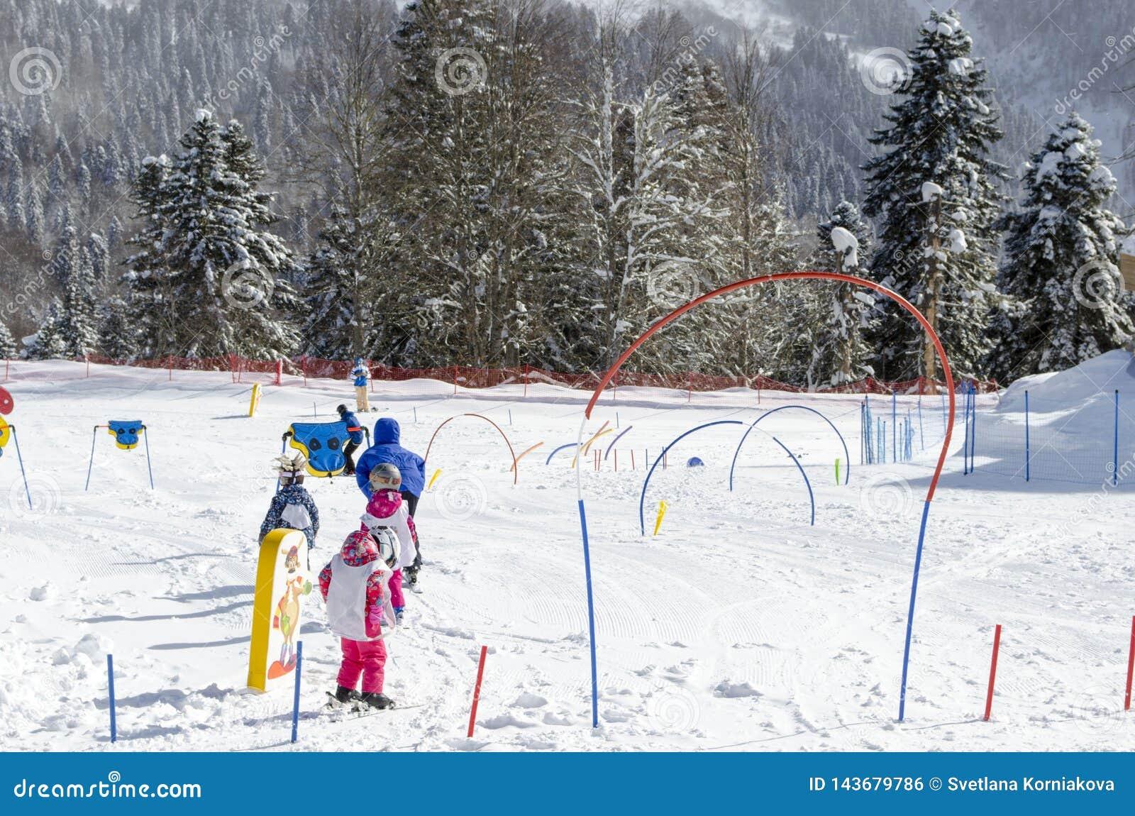 Катаясь на лыжах уроки для детей на лыжном курорте Krasnaya Polyana России