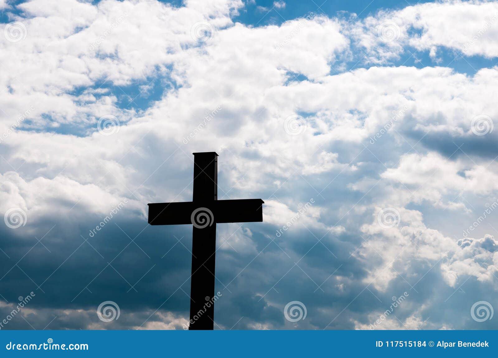 Католический крест на заходе солнца