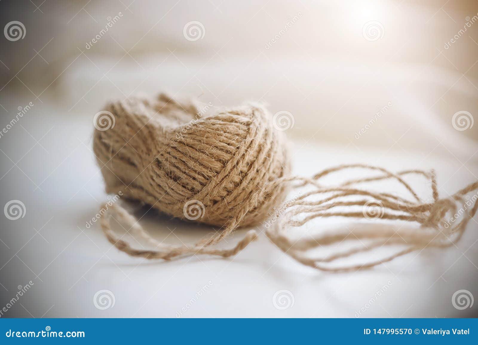 Катушка бежевой грубой пеньковой веревки
