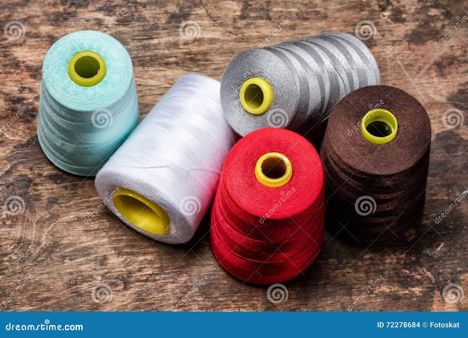 Download Катушкы покрашенных потоков Стоковое Фото - изображение насчитывающей промышленно, одежда: 72278684