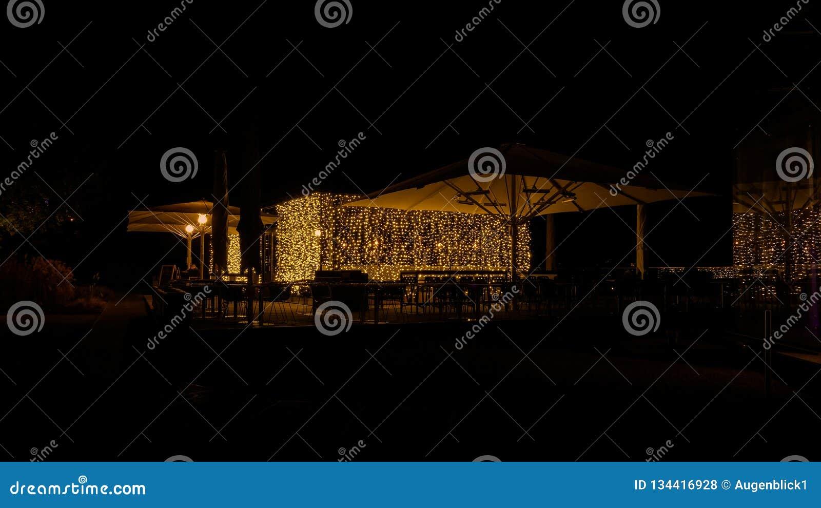 Кафе ночи с элегантным освещением