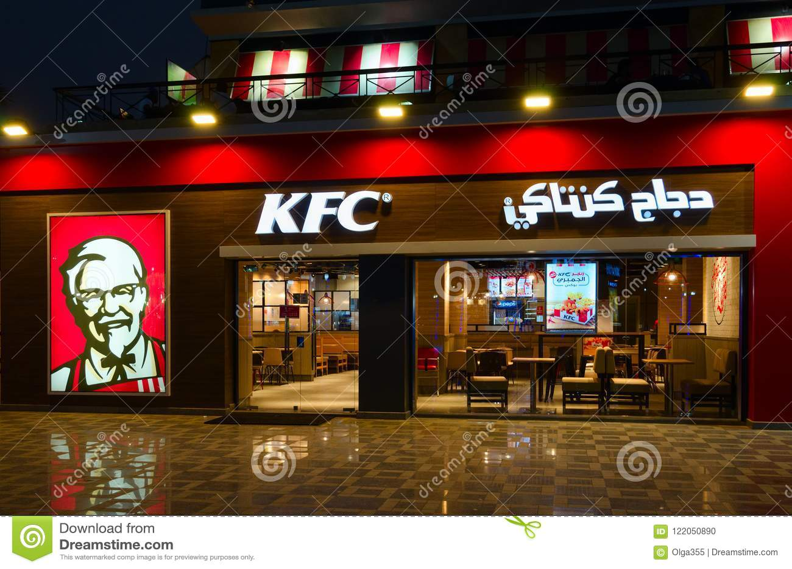Кафе KFC в популярном районе покупок и развлечений Naama преследует, взгляд вечера, Sharm El Sheikh, Египет