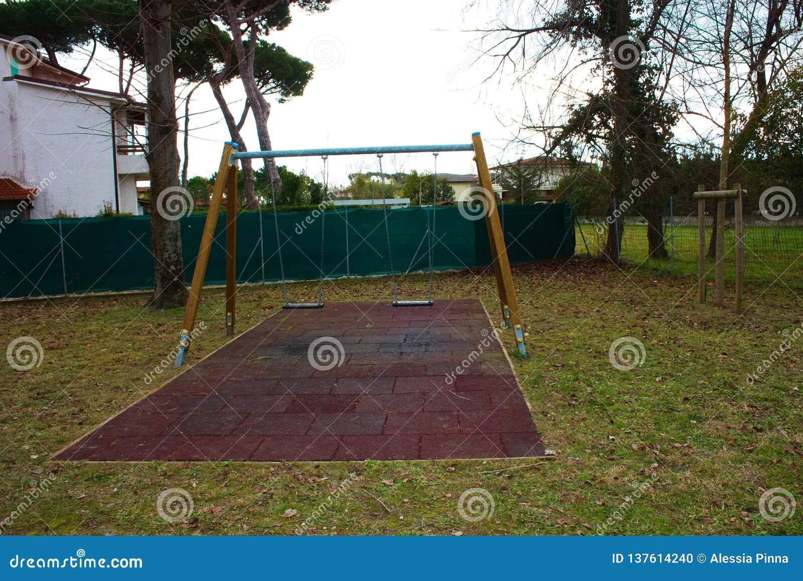 Качание 2-места в спортивной площадке для детей дети нет там место пусто и покинуто день грустен и g