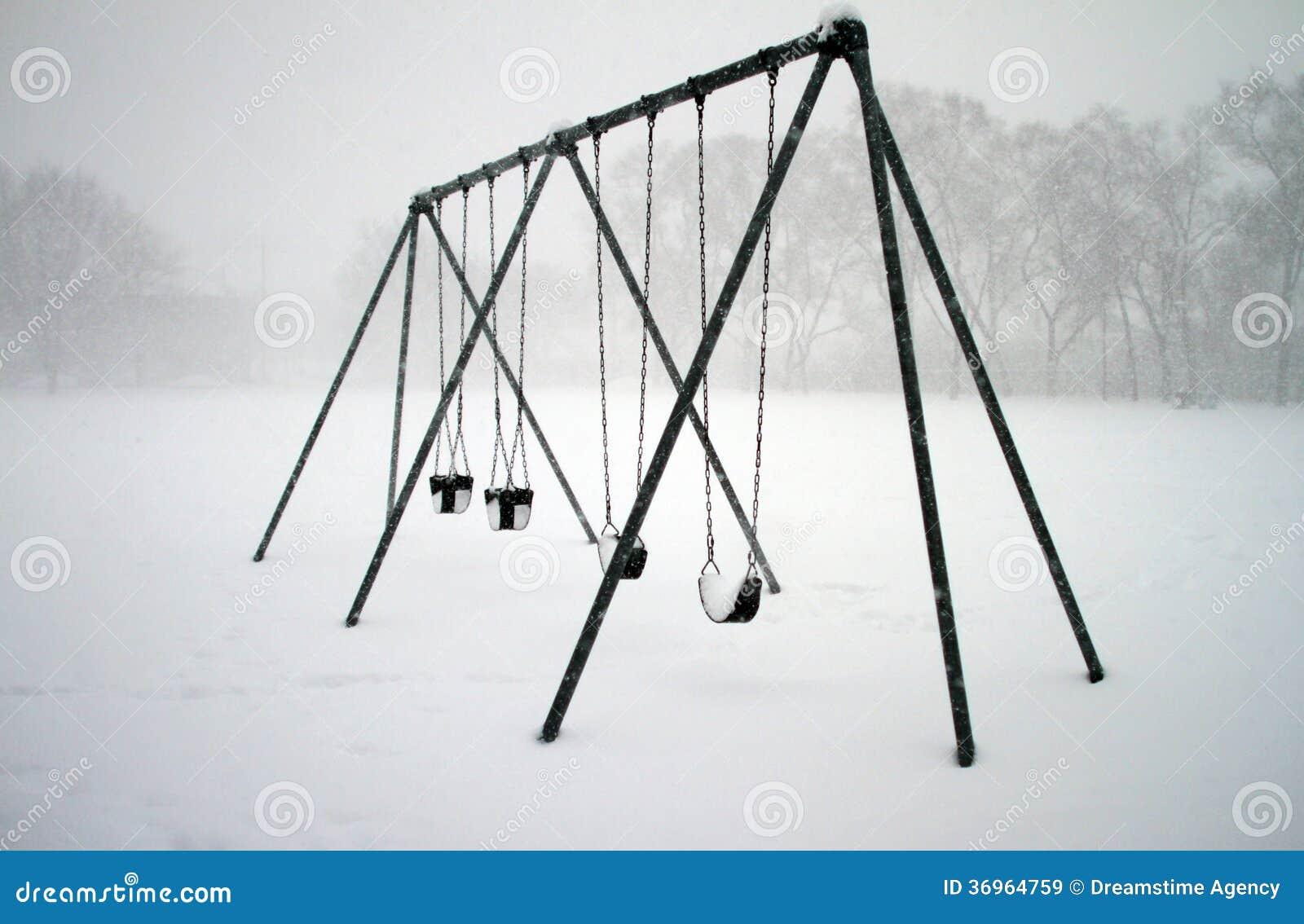 Качания покрытые с снегом
