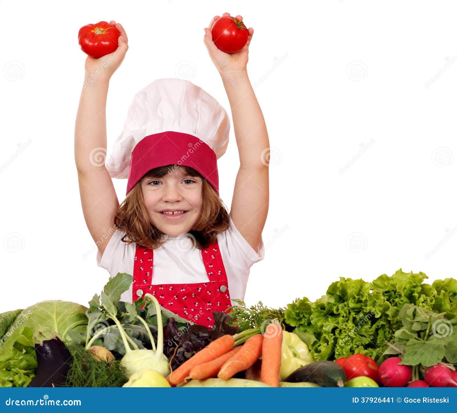Кашевар маленькой девочки с томатами и овощами