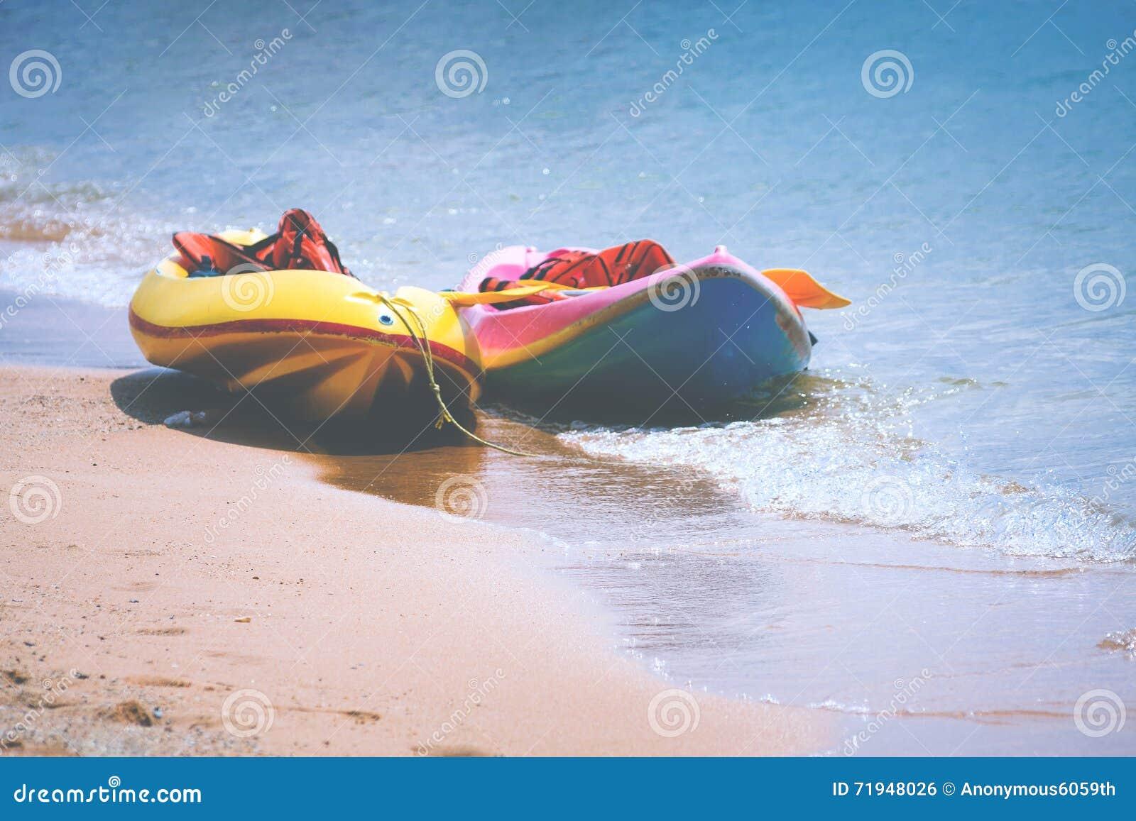 Каяки на песчаном пляже
