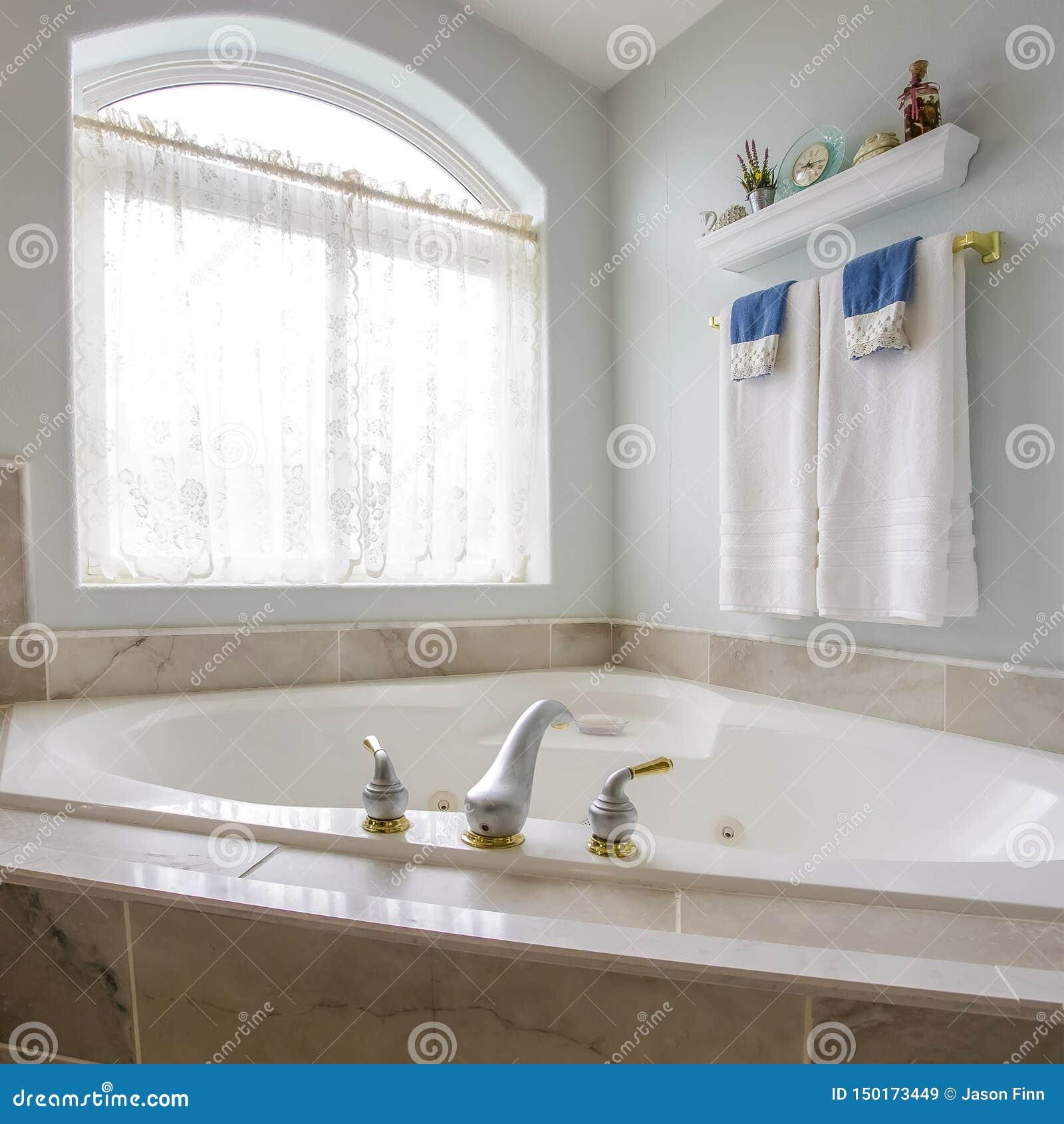 Квадратная рамка построенная в ванне на угле bathroom с большим сдобренным окном