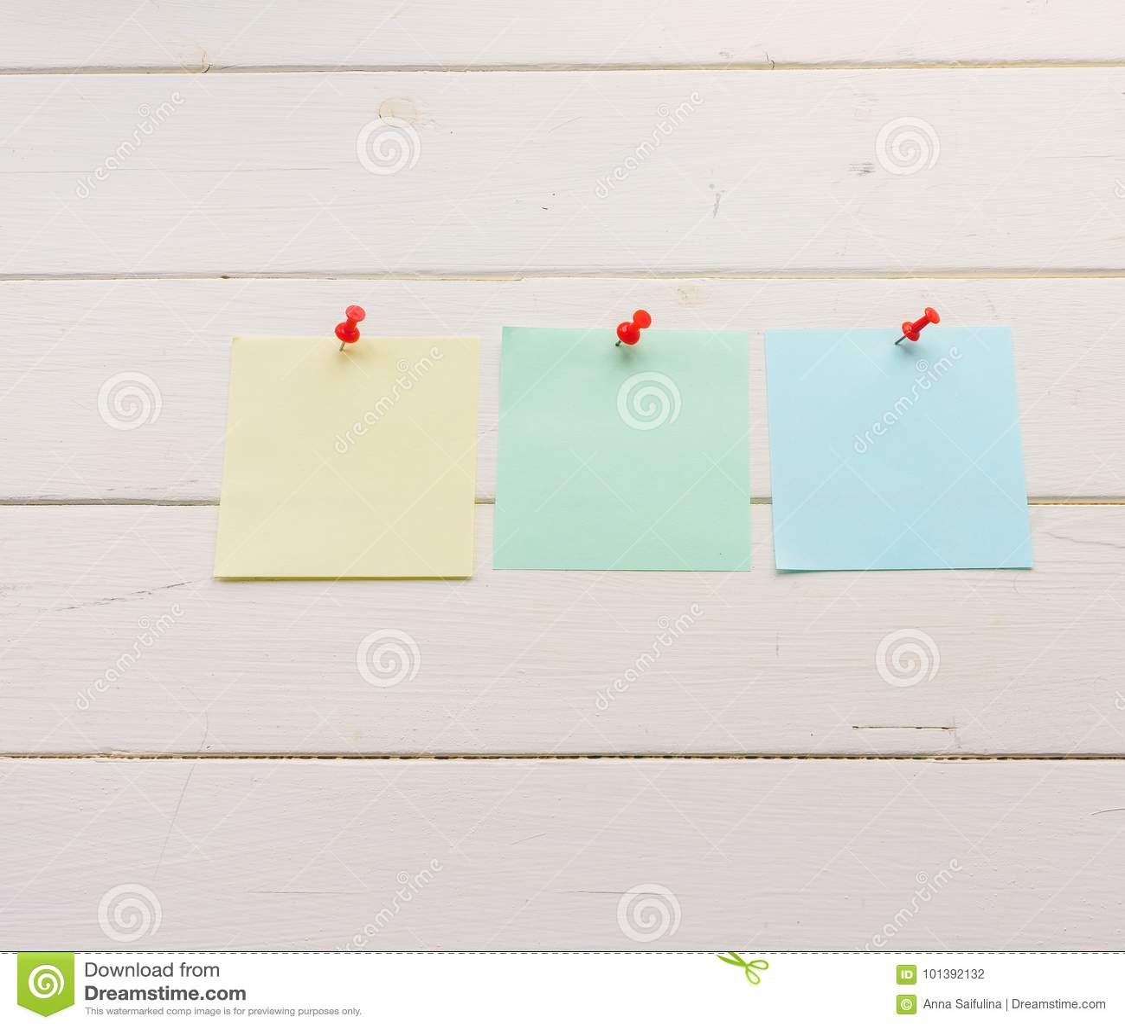 3 квадратных листа бумаги прикололи к деревянным доскам Бело-покрашенная поверхность в деревенском стиле Предпосылка с космосом э