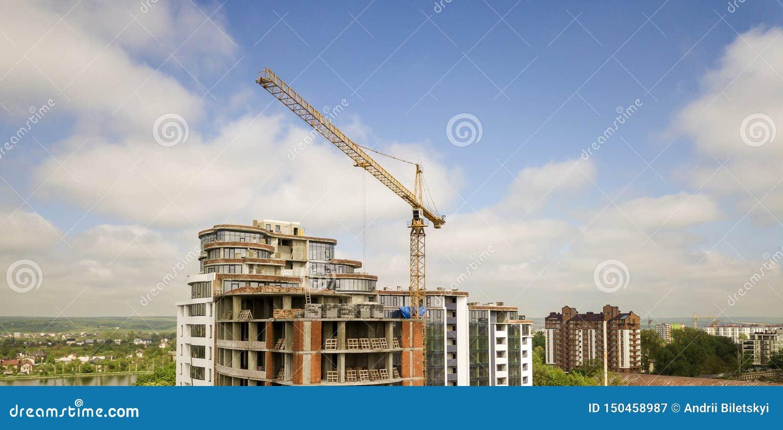 Квартира или высотное здание офиса под конструкцией Кирпичные стены, окна стекла, леса и конкретные штендеры поддержки Башня