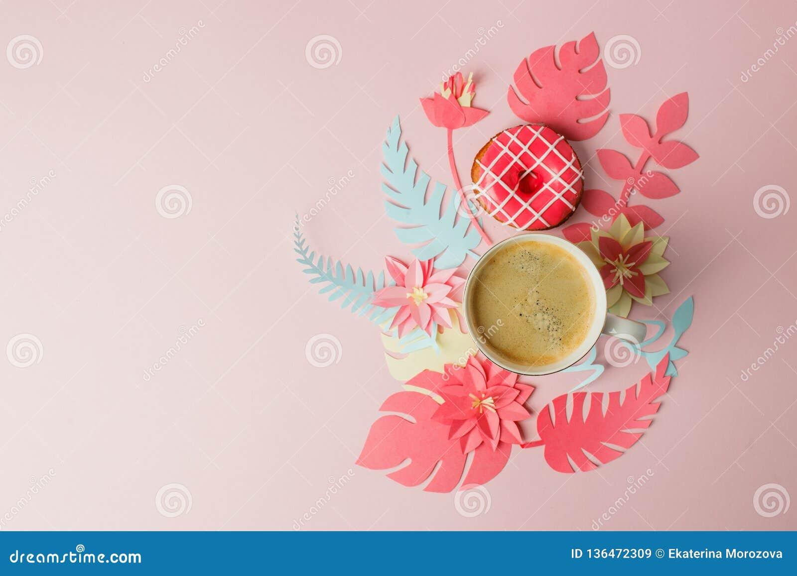 Квартира кладет с чашкой кофе и розовым донутом, современным космосом экземпляра цветков papercraft origami День женщины, 8-ое ма