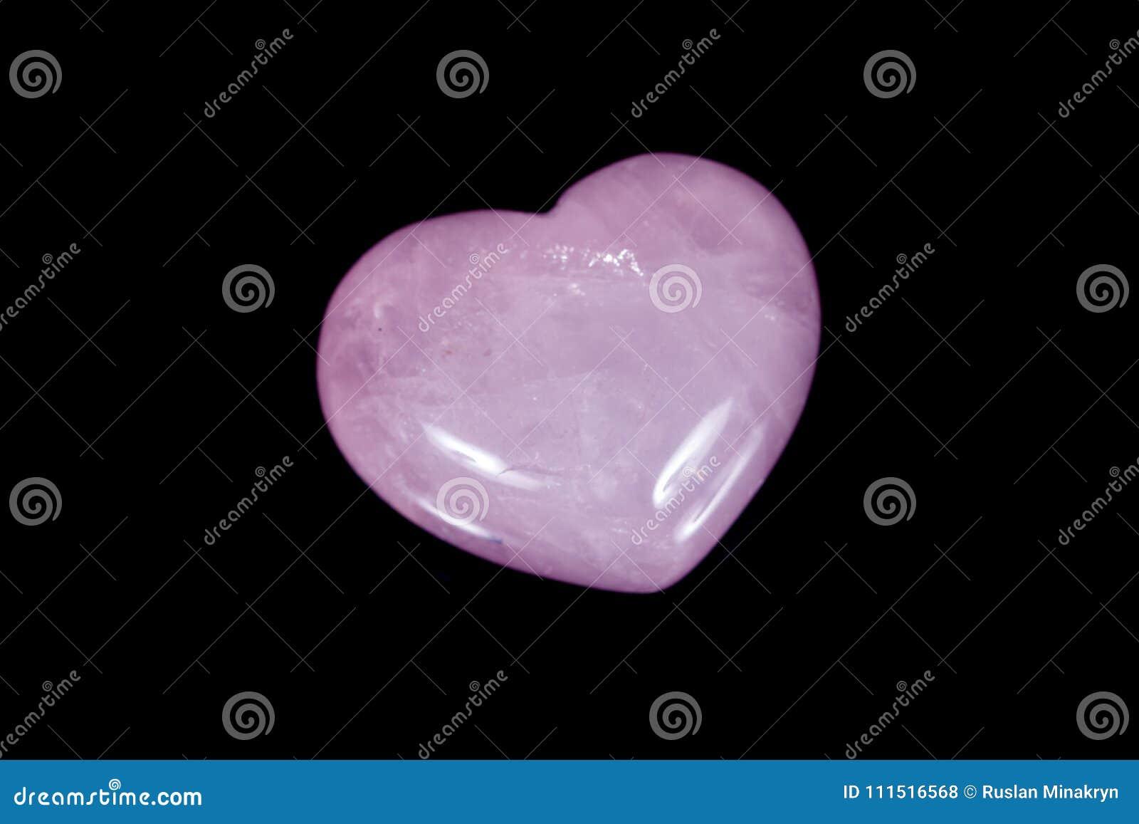 Кварц пинка сердца макроса минеральный каменный на черной предпосылке