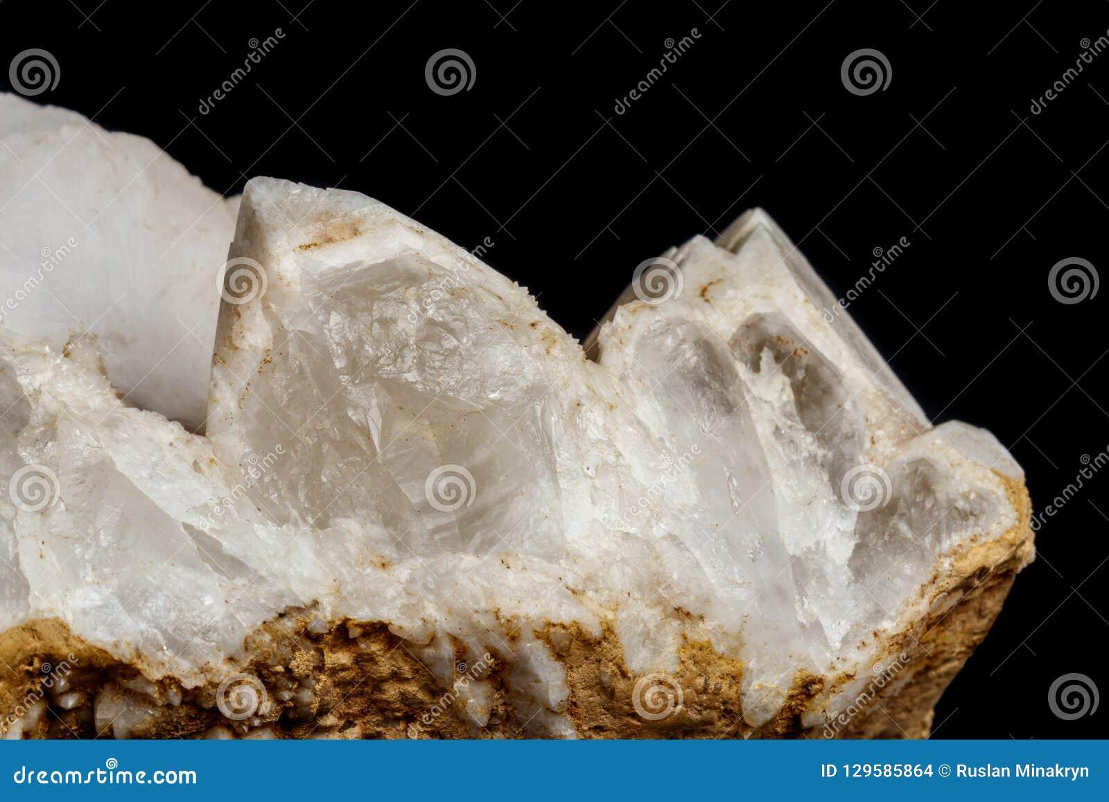 Кварц снега макроса минеральный каменный с кальцитом на черном backgrou