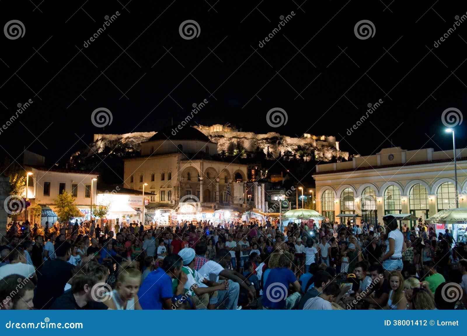 Квадрат Monastiraki на ноче 4-ого августа 2013 в Афинах, Греции.