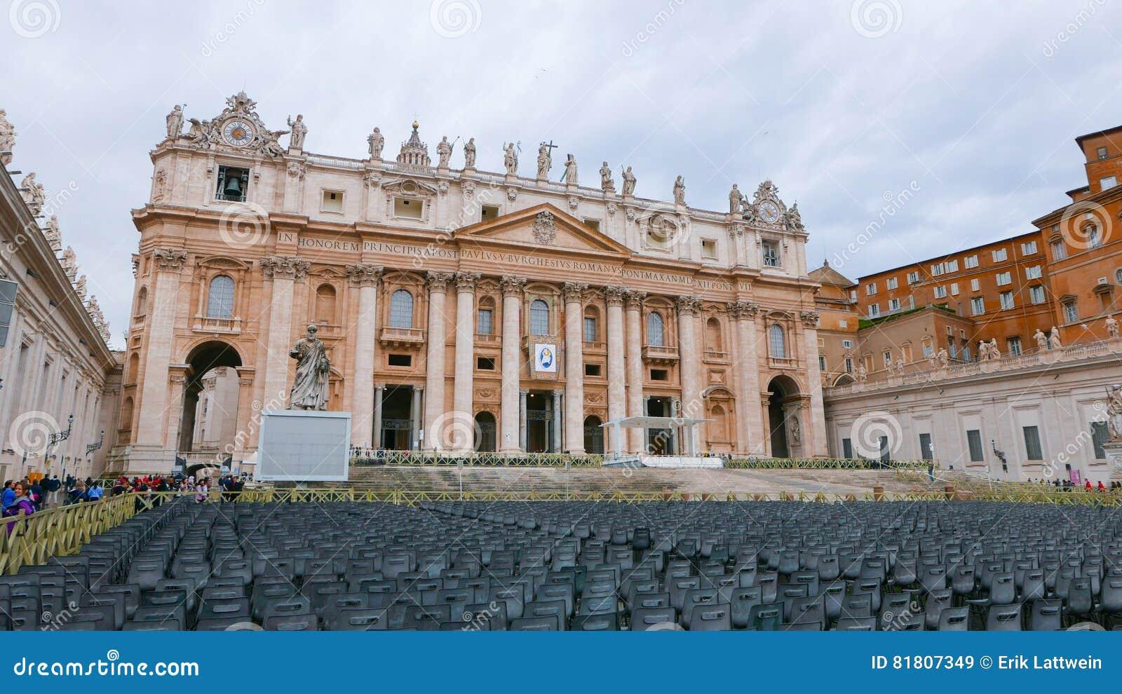 Квадрат St Peters в Риме с взглядом над базиликой St Peters