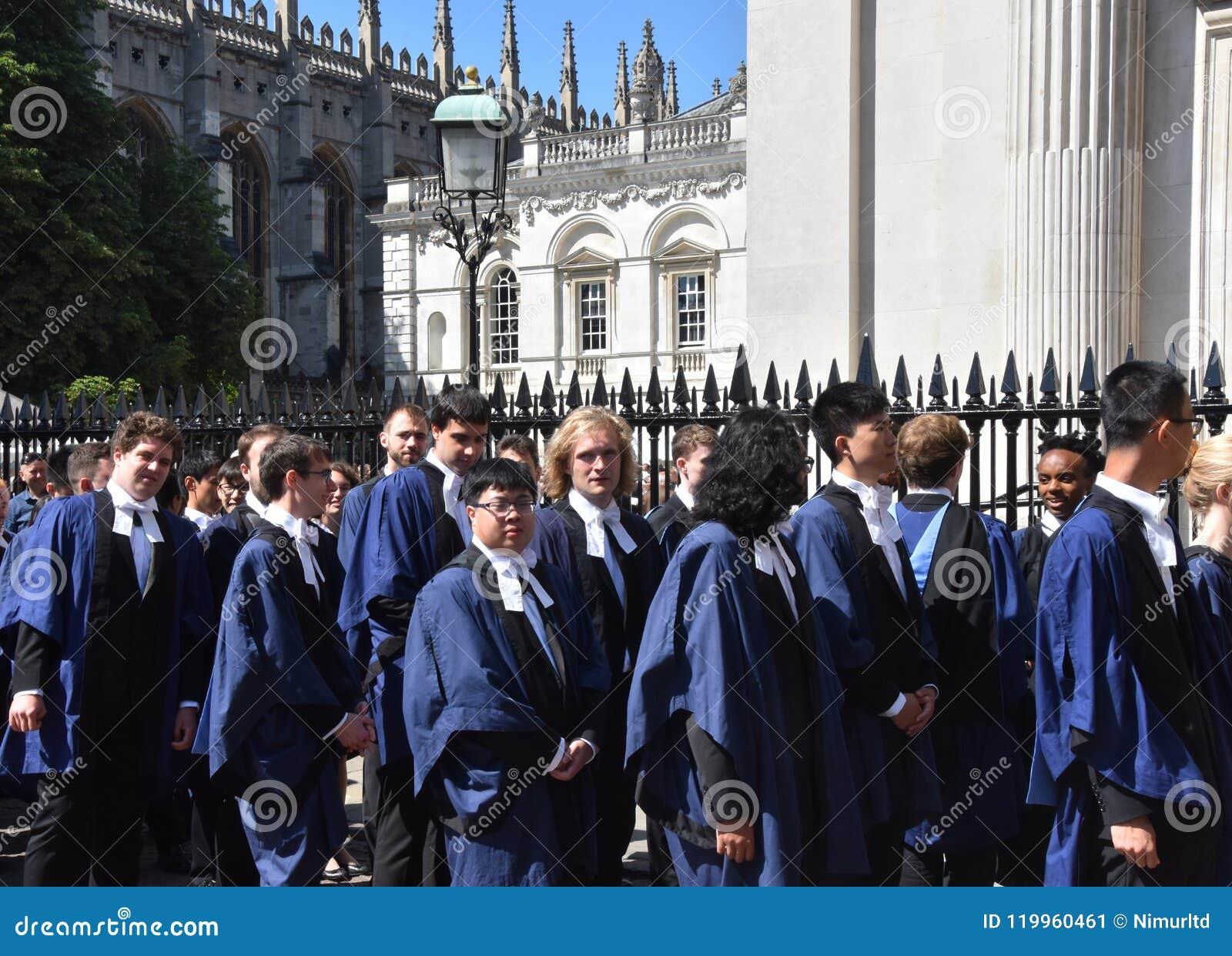 Кембридж Великобритания, 27-ое июня 2018: Студенты университета ждать снаружи
