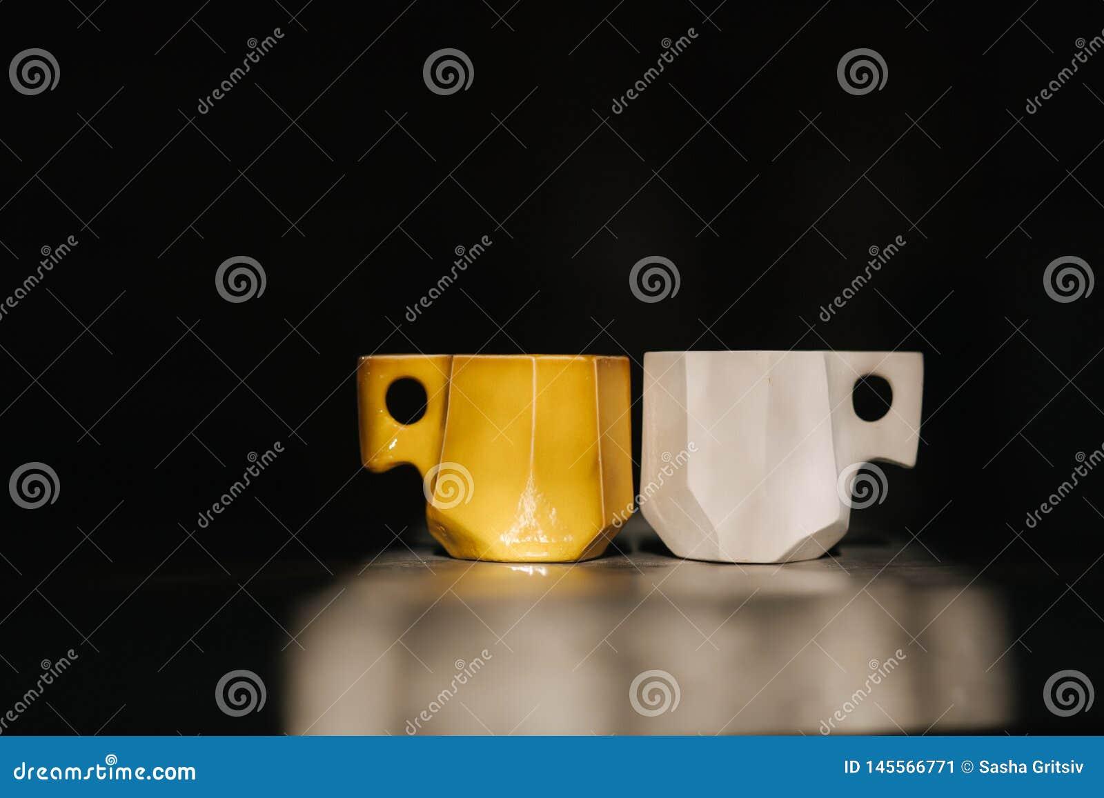 Керамическая чашка для кофе на таблице Право незакончено, левая сторона готово