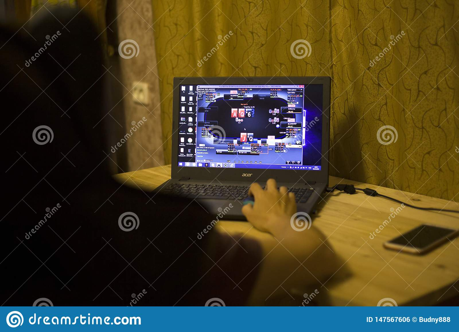 Киев, Украина 05 12 2019: девушка играя онлайн покер для передовицы ноутбука иллюстративной