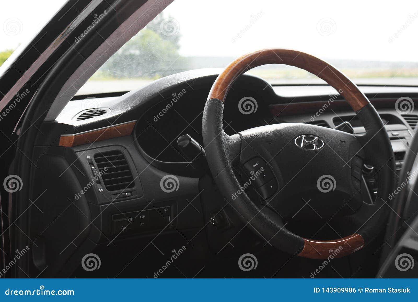 Киев, Украина - 6-ое августа 2018: Великолепие Hyundai Взгляд интерьера современного автомобиля показывая приборную панель