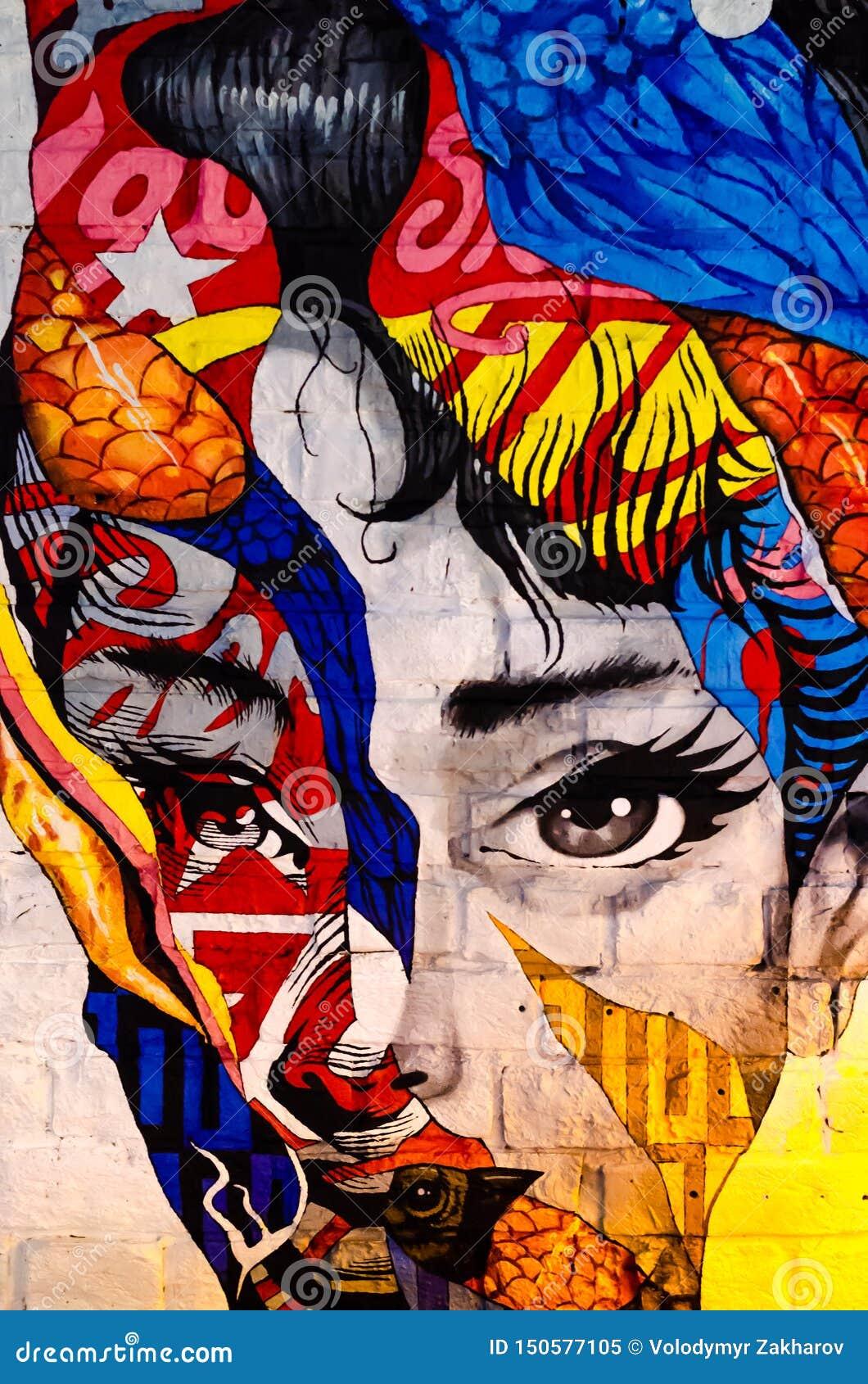Киев, Украина - 10-ое июня 2019 Бар Warhol Сторона девушки на кирпичной стене r Красивый портрет женщины r