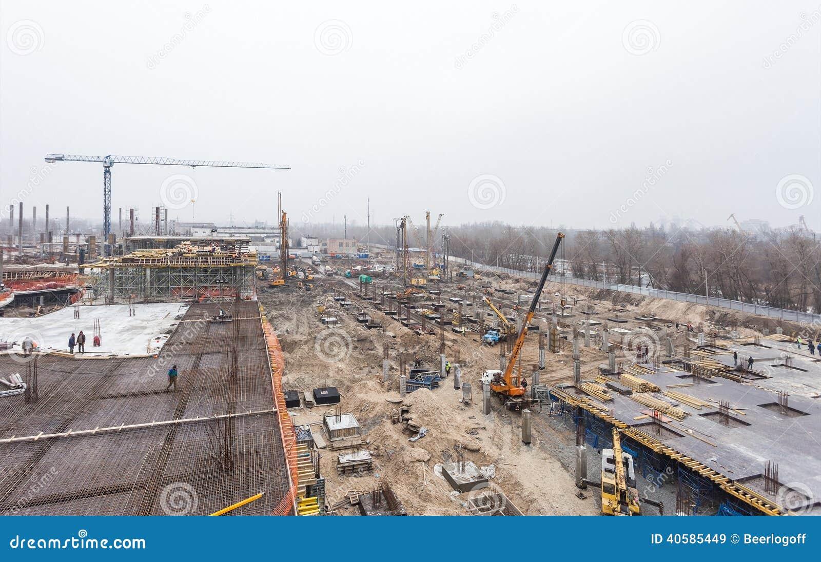 КИЕВ, УКРАИНА - 15-ое февраля 2014: конструкция нового развлекательного центра