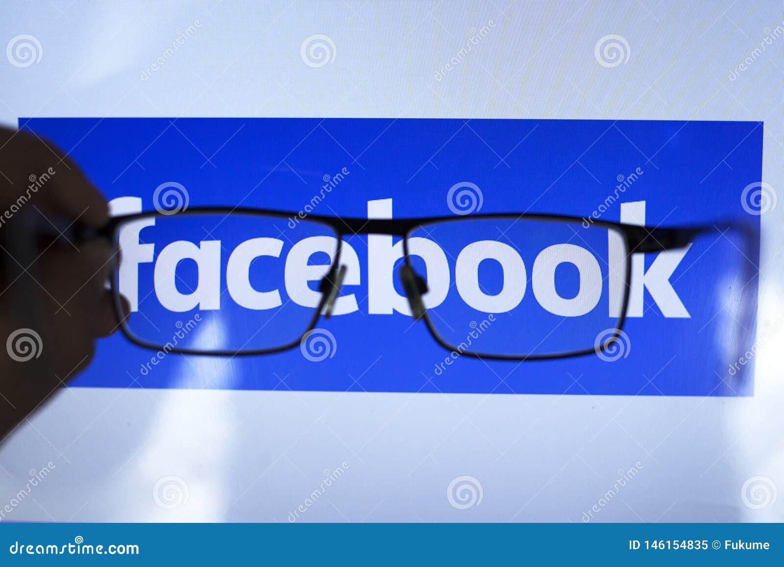 Киев Украина 04 26 2019: социальное facebook сети через прозрачные стекла ediitorial