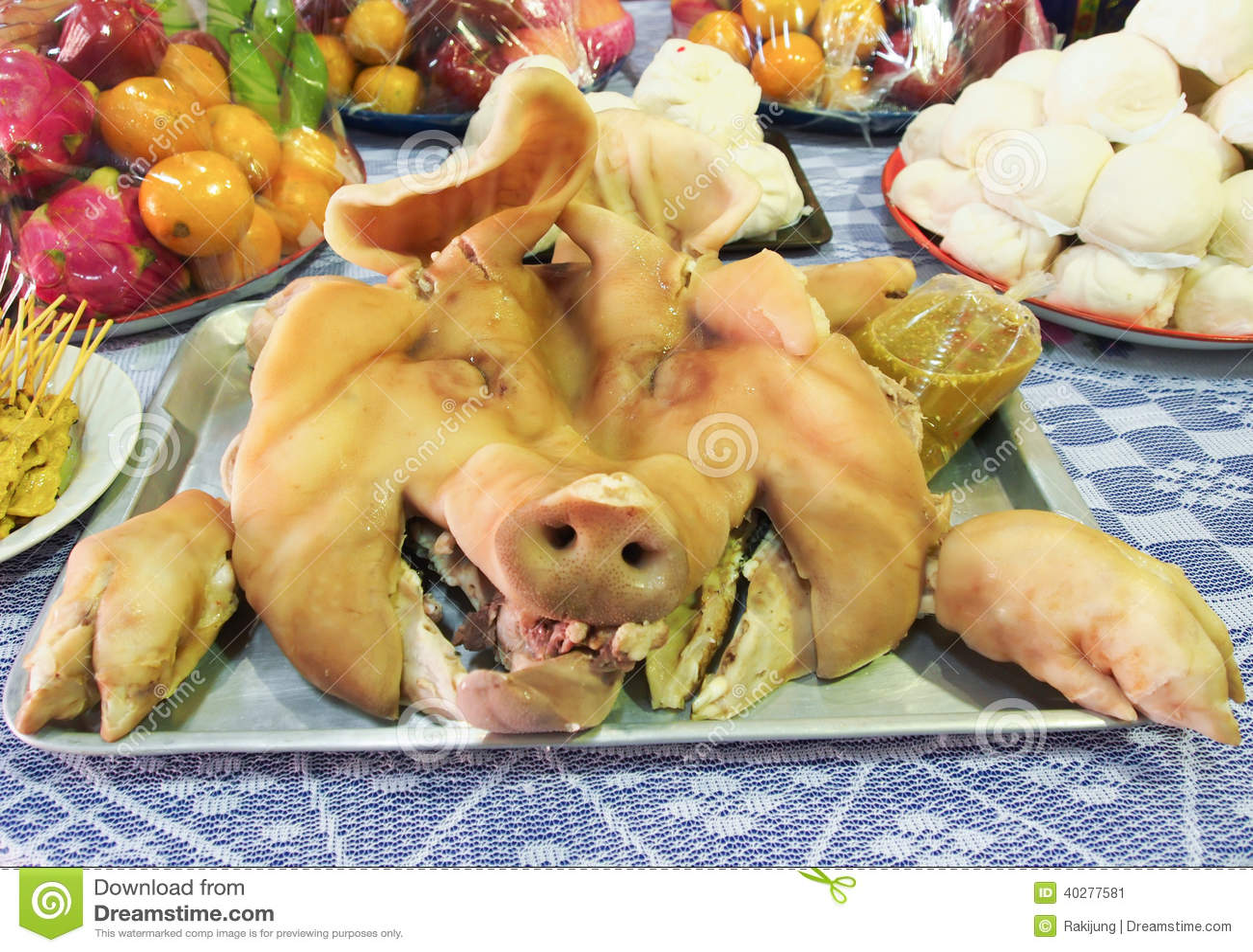 Кипеть голова свиньи для поддачи и зарока