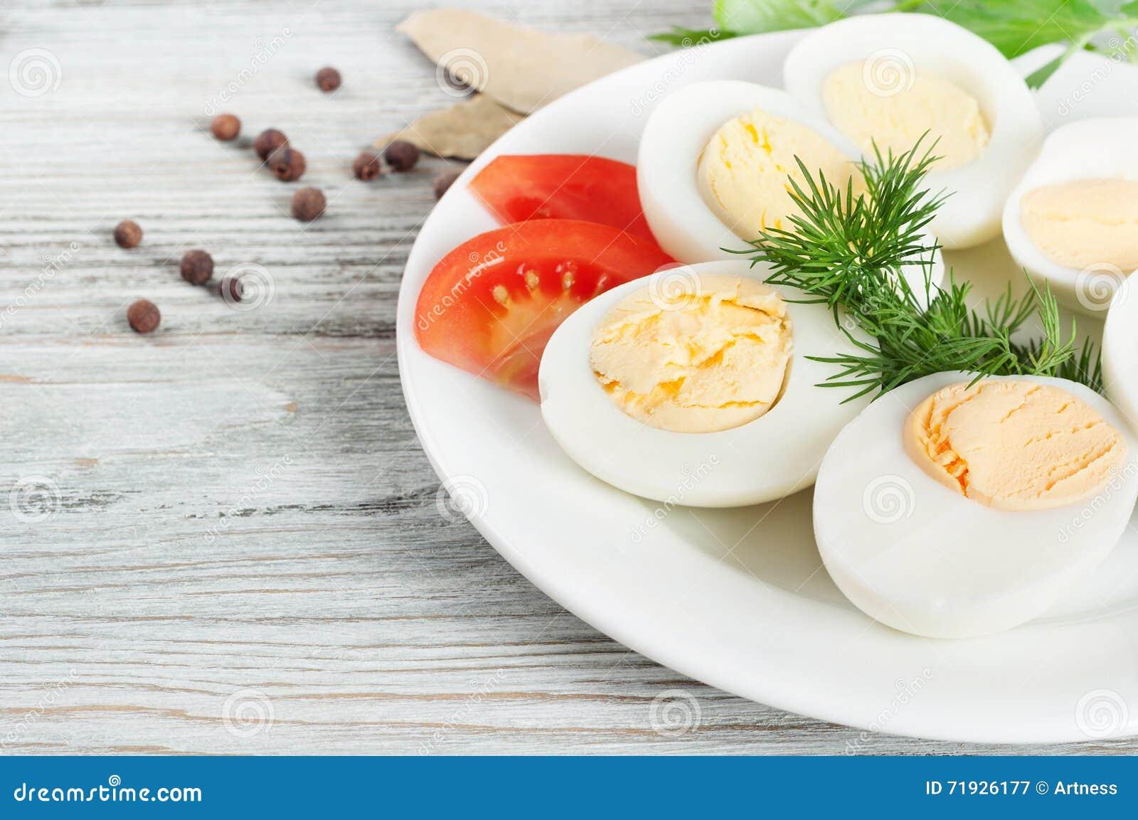 Кипеть яичка курицы в белой плите
