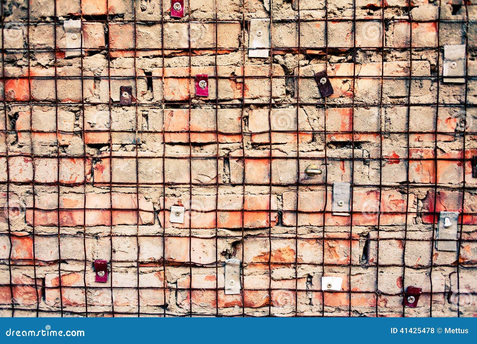 Кирпичная стена с железной решеткой
