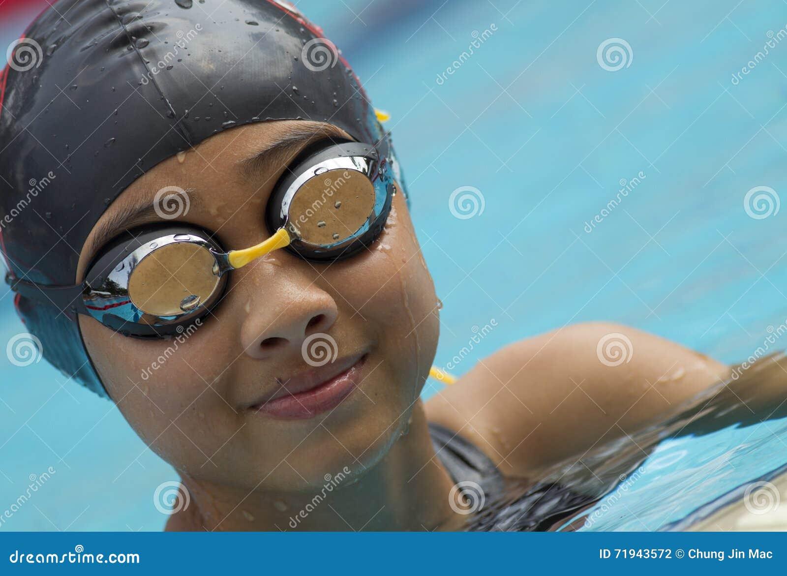 Китайская девушка в улыбках крышки заплыва