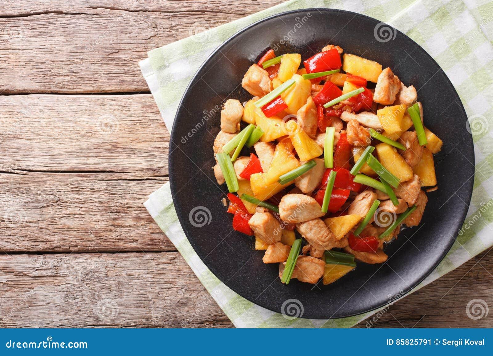 Китайская еда: жареная курица с ананасом в сладостном и кислом sau