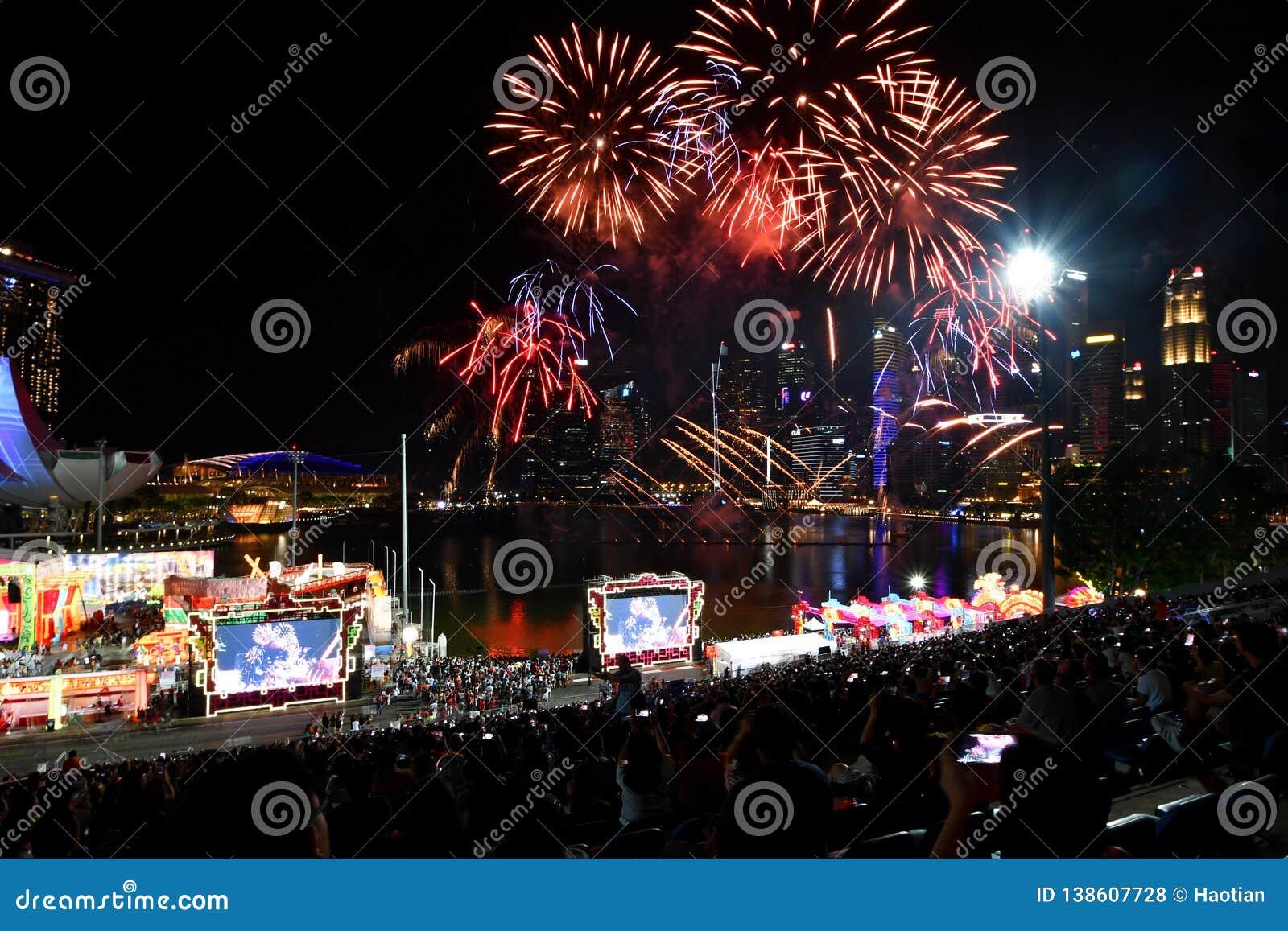 Китайские фейерверки Новогодней ночи на заливе Марины