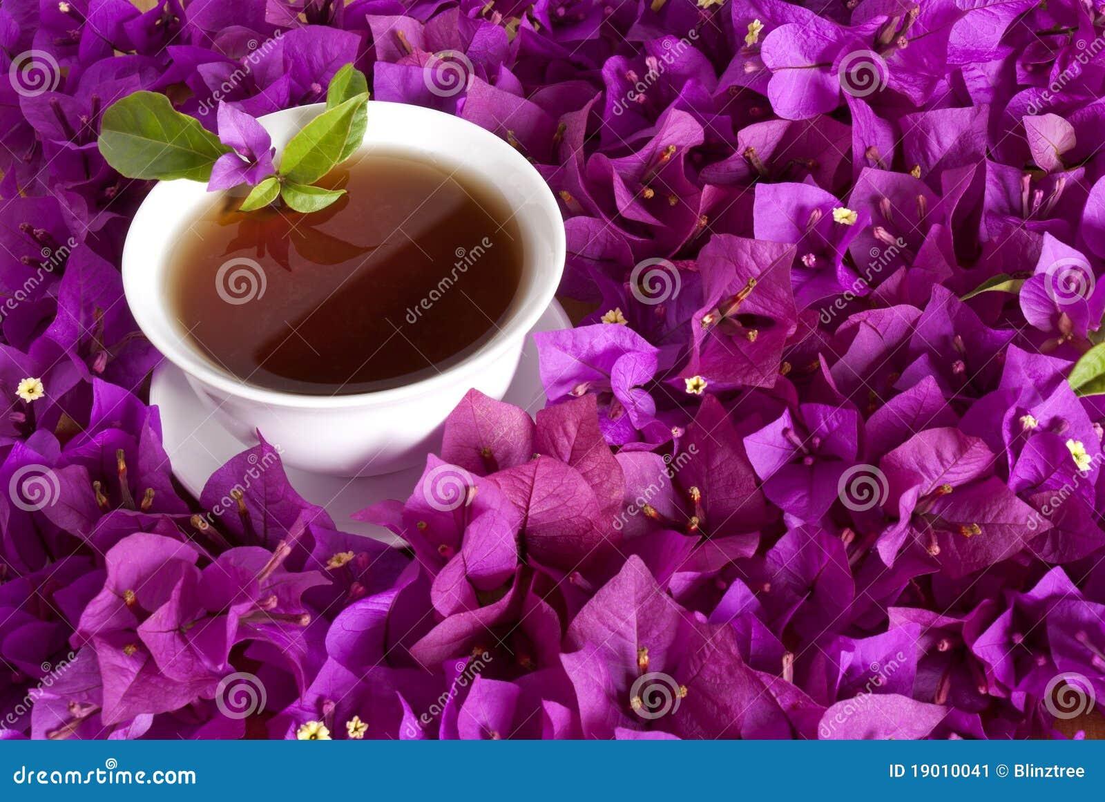 китайские цветки окружили чай