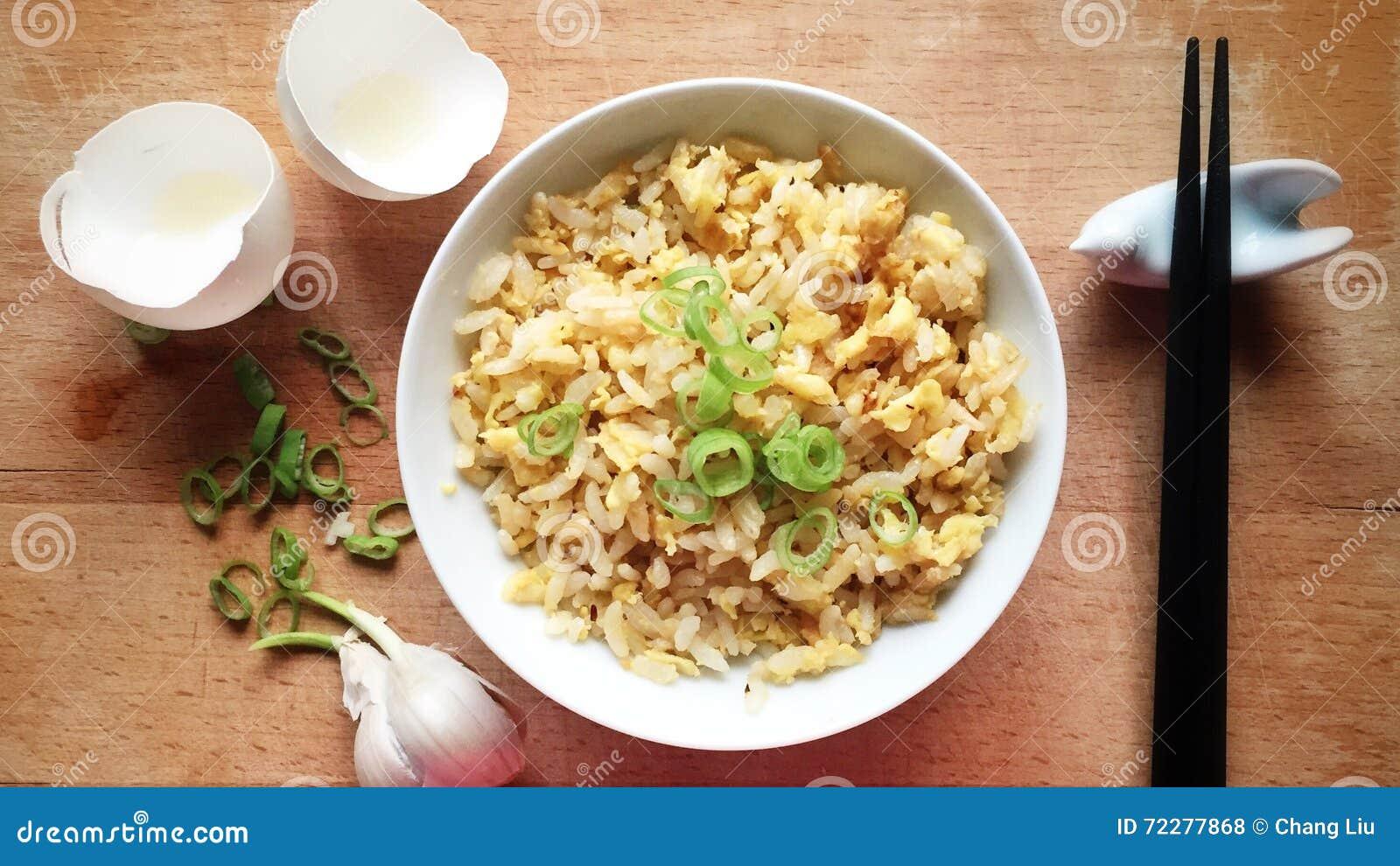Download китайский зажаренный рис стоковое фото. изображение насчитывающей лук - 72277868