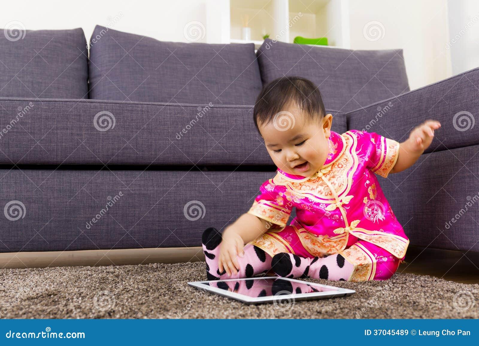 Китайский младенец используя таблетку