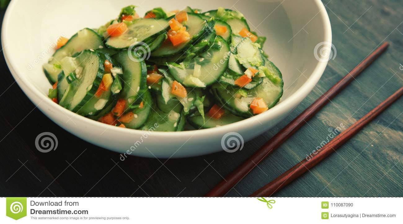 Китайский салат огурца на белом конце плиты вверх