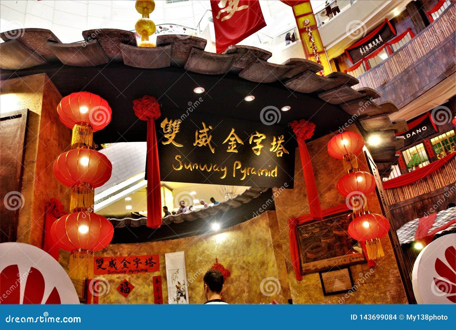 Китайское украшение Нового Года на пирамиде Sunway, Куалае-Лумпур Малайзии