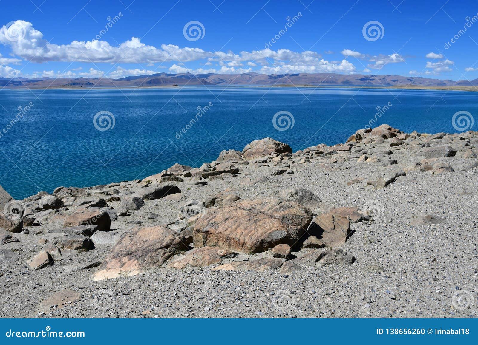 Китай Великие озера Тибета Озеро Teri Tashi Namtso в солнечном дне в июне
