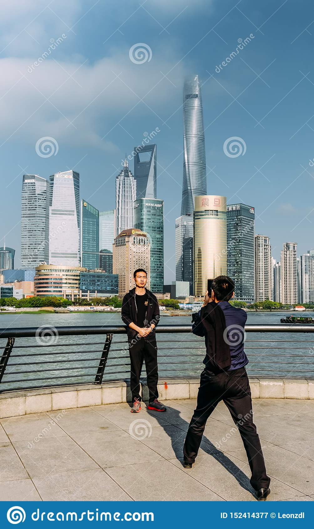 Китай, Шанхай 19-ОЕ АПРЕЛЯ 2019: человек туристов принимает фото в зоне бунда Шанхая