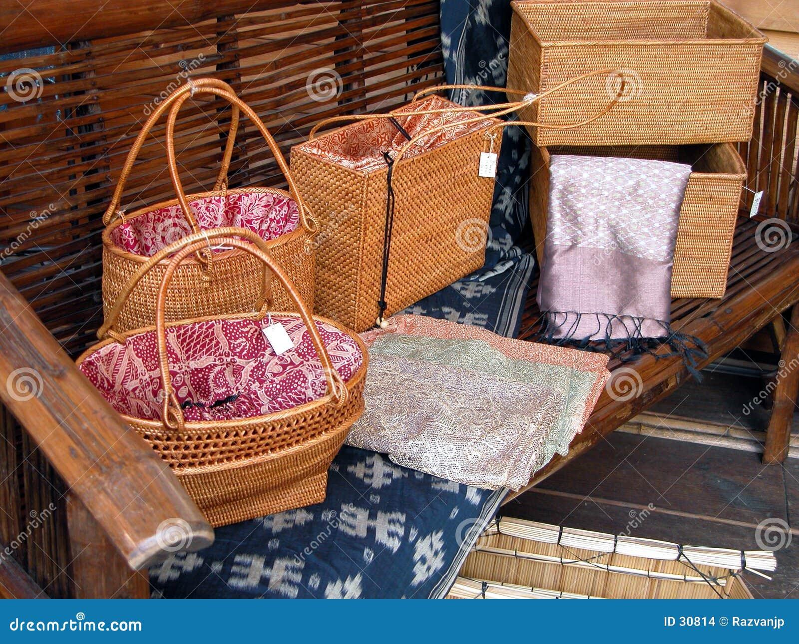 кладет деревянное в мешки